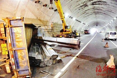 拉钢管的货车侧翻在隧道内,吊车在现场进行施救