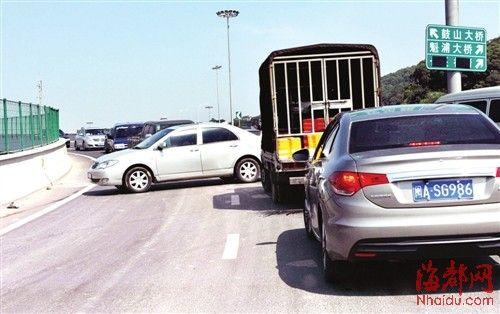 为了不被堵在路上 ,部分小车冒险掉头逆行下桥