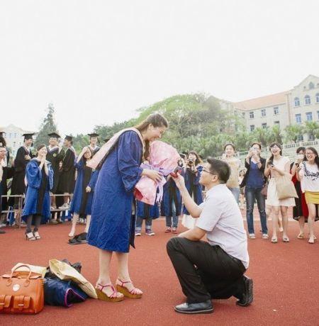 拍着毕业照 相恋六年的男友突然下跪求婚了