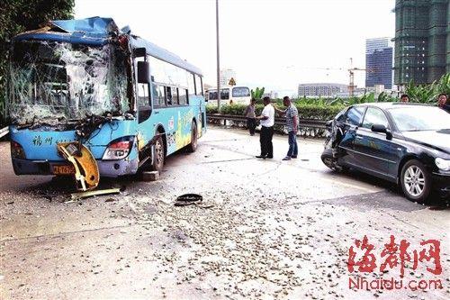 36路公交车和黑色小车经过时,车轮打滑发生车祸