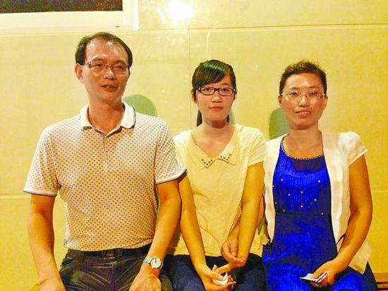 图为林逸舒(中)和父母在一起