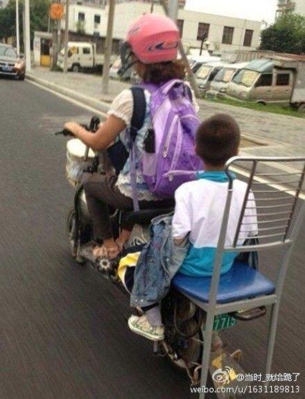"""市民自制电动车""""VIP""""车座载小孩"""