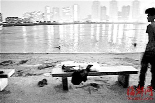 男子游泳失踪后,江中还有市民在戏水