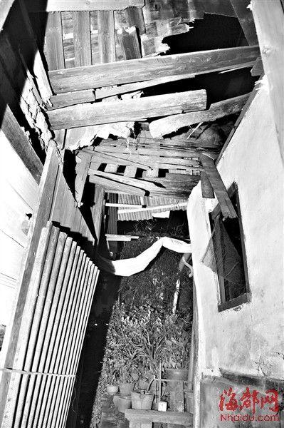 厨房的大梁坍塌,不少瓦片砸落