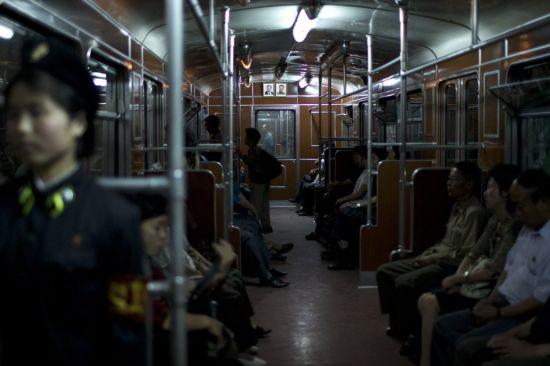 组图:揭秘朝鲜地铁老外只准坐一站