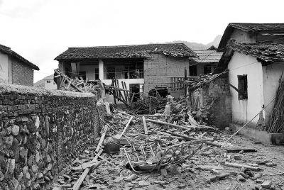 二层民房突发爆炸,现场一片狼藉