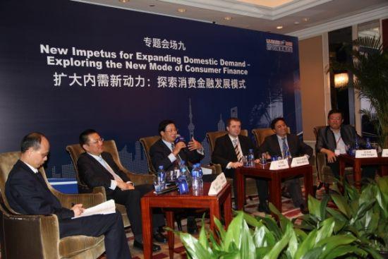 6月29日,中国银联总裁许罗德应邀出席在上海举办的2013陆家嘴论坛,并在扩大内需新动力:探索消费金融发展模式分论坛上发表了题为消费金融在经济转型中的重要角色的专题演讲。   许罗德总裁表示,发展消费金融对促进经济转型具有积极作用,不仅能够刺激消费需求,还有助于产业结构调整升级,推动经济增长向消费主导型转变。银行卡特别是信用卡作为重要的消费金融工具,通过降低支付成本、激发消费意愿、提供消费信用透支等方式促使消费需求进一步释放,从而助推经济增长和转型。   许罗德总裁指出,我国消费金融市场已进入加