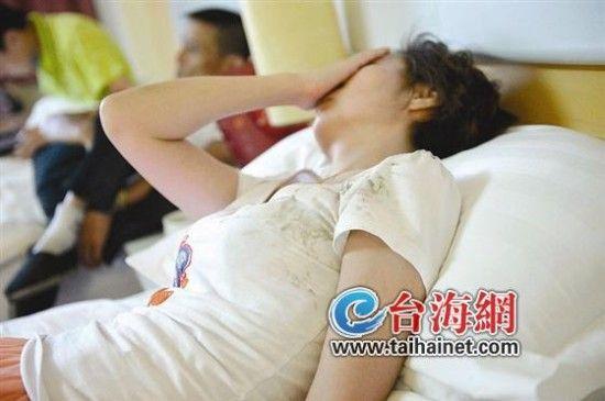 被打伤的游客躺在床上休息