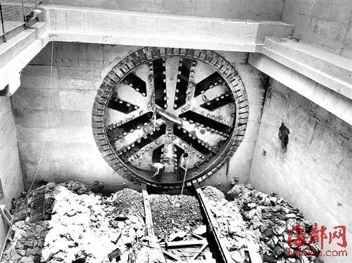 地铁1号线斗门站至树兜站隧道口,盾构机钻出来了,隧道顺利贯通