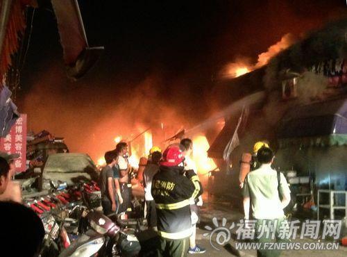 新亚太汽配城5日晚突发大火 一二十间店被火吞噬