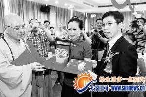 证婚人为新郎、新娘送上礼物。记者 陈理杰 摄