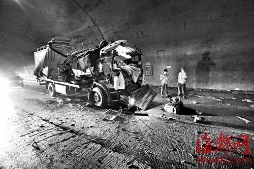 福银高速美菰林隧道内 两货车追尾一人重伤