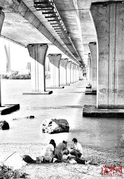 尤溪洲大桥下,医护人员在抢救溺水小伙