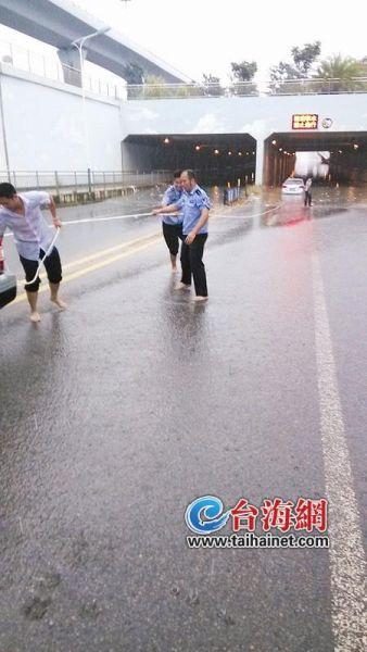 民警下水拉车救出两人一狗