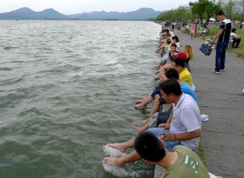 """杭州西湖成了""""洗脚池""""游客解暑大煞风景"""