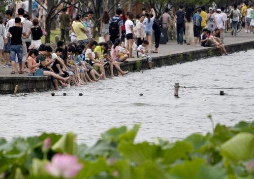 """杭州西湖成了""""洗脚池"""""""