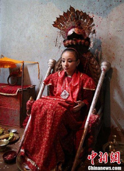 """图为7月22日帕坦""""活女神""""在客房端坐,接受朝拜。"""