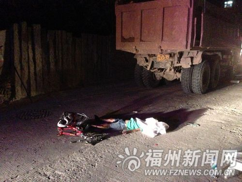 记者赶到事发现场时,小男孩的头部被盖上了白布。