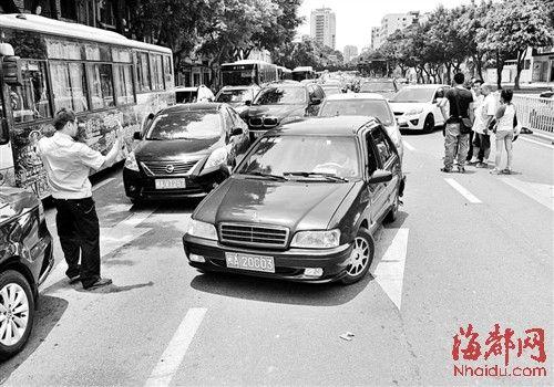 警察引导车辆开到路边进行处理