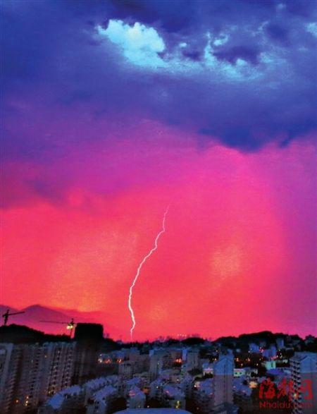 昨日傍晚,榕城依然在高温炙烤中,漫天红霞像燃烧的烈焰,令人更添几分热意。突然,道道闪电划破长空,但几声闷雷后,未有一滴雨落下