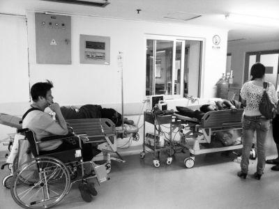 昨日,在省立医院,由于抢救室病人太多,部分急诊病人只能在等候大厅进行治疗