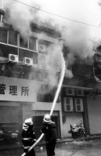 消防人员在现场灭火