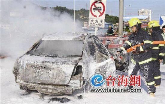 小车撞护栏起火烧死司机