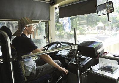 有人担心司机戴草帽会影响行车安全