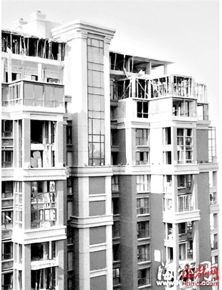 西二环一小区,5栋高层住宅,顶楼均被加盖2~3层(本报资料图)