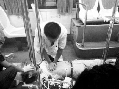 网友抱抱熊贝供图医护人员在公交车上对晕倒的男子施救