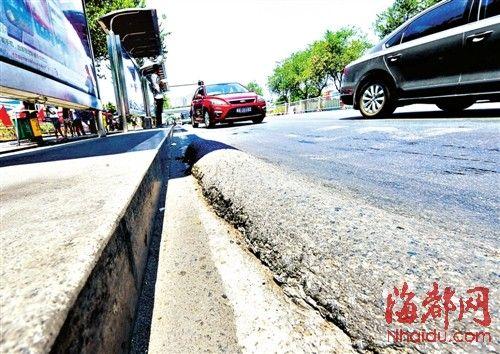 拱起的小块路面成条状,高约8厘米,旁边的路面呈下凹状。