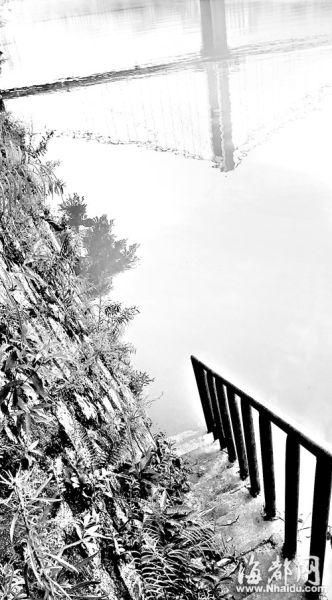 母亲带着儿子沿着这条楼梯走入江中