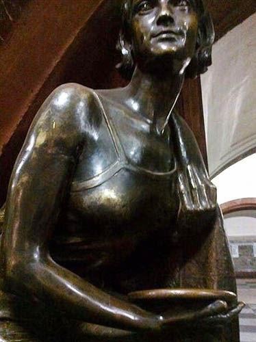 莫斯科革命广场的少女雕像胸部竟然被摸得锃亮