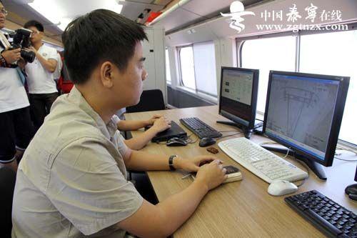工作人员在对列车运行情况进行监测