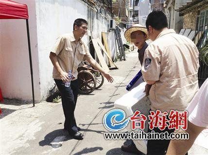 ◆执法人员查获一假烟背包贩