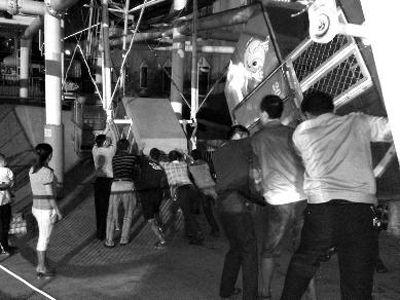 陕西一摩天轮高空中悬停众人手推救下4游客
