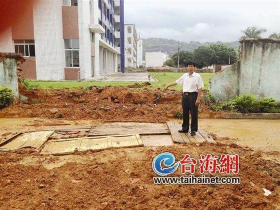 ▲围墙被挖开,被挖的路段昨日则已填平,但是泥泞不堪