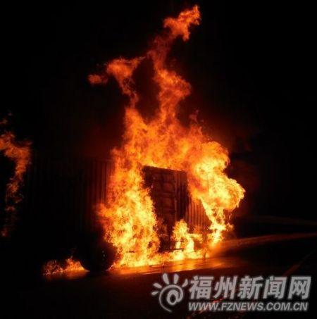 沈海高速两货车相撞引发大火 司机烧死在驾驶室
