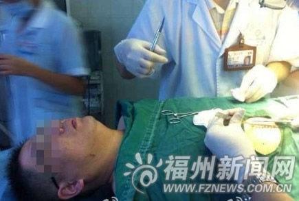 受伤医生接受手术