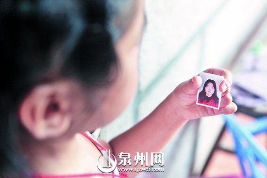 手拿母亲照片,女孩痛哭不止。