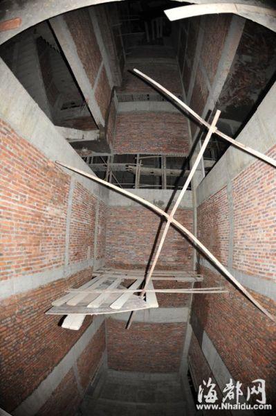 用几根钢管搭建的施工平台承受不了重压,工人从四层坠落井底