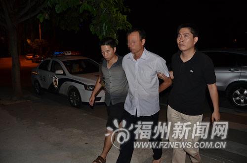 犯罪嫌疑人(中)被抓获