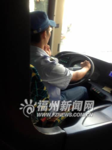 公交司机的驾驶座上设有安全带,但是司机却未系。