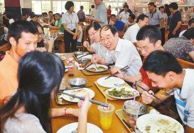 图为九日,尤权在厦门大学食堂与师生们亲切交谈、共进午餐。记者 张永定 摄