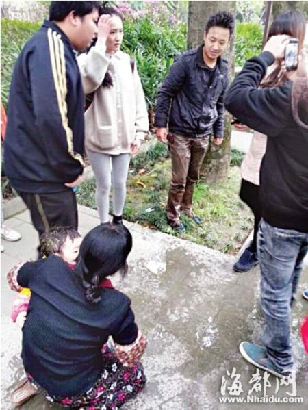 今年3月21日,段星鸿同学(中间男子)跳下西湖救起一女童,情急之下,他连衣服都没脱。当时有路人拍下了这张照片