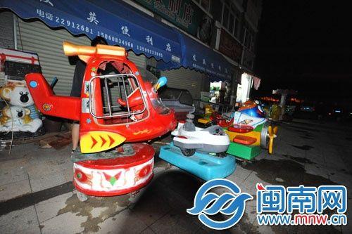 小区广场上摆放一整排摇摇车,存在一定的安全隐患