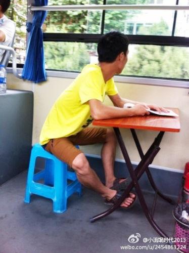 福州一乘客自带桌椅乘公交