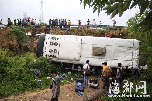 大巴车侧翻在高速护坡下,车内的物品撒了一地
