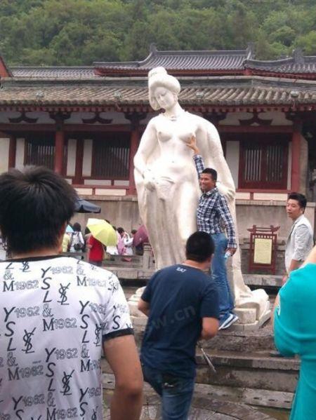 """华清池""""杨玉环""""裸胸遭游客轮番羞辱"""
