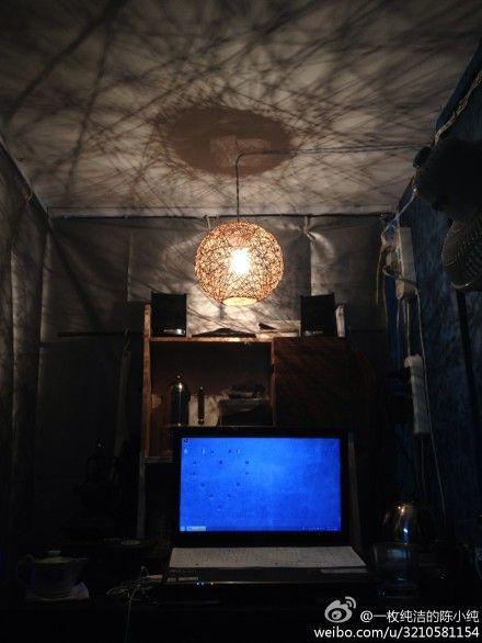 宜家风格的漂亮灯罩,星空图案的窗帘,漂亮的壁纸